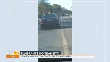 Motorista transporta crianças para fora do teto solar - O flagrante foi feito na Epia Norte. Segundo a PM, o motorista é avô das crianças. Ele foi advertido e multado.