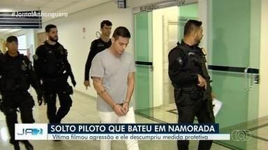 Justiça determina que piloto filmado agredindo a namorada seja solto - Ele estava preso em Anápolis por desrespeitar medidas protetivas. Victor Junqueira terá que usar tornozeleira eletrônica e manter distância da vítima.