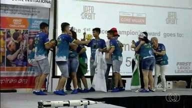 Estudantes de Goiás ganham torneio de robótica nos EUA com invenção de chiclete de pimenta - Alunos, que têm entre 15 e 17 anos, superaram equipes de 12 países em competição na Universidade da Nasa. 'Chiliclete' foi criado para ajudar astronautas a sentirem cheiros e sabores.