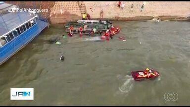 Bombeiros resgatam grupo após canoa afundar no Rio Araguaia, em Aruanã - Todos usavam coletes salva-vidas e foram retirados da água sem ferimentos. Embarcação levava mais pessoas do que a capacidade permitida.