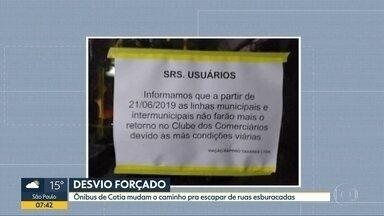 Ônibus desviam de rua com asfalto ruim em Cotia - Passageiros relatam que situação ocorre há cerca de 2 meses.
