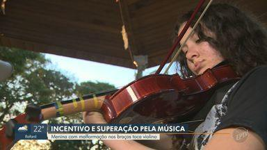 Menina supera malformação nos braços e aprende a tocar violino adaptado - Débora Moura é aluna de Juliana de Oliveira e, juntas, criaram meios para que a jovem pudesse se desenvolver na música.
