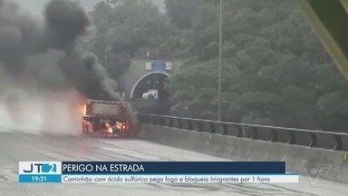 Caminhão com ácido sulfúrico pega fogo e bloqueia Imigrantes por 1 hora - Acidente aconteceu por volta das 8h no Km 54 da rodovia, na altura de Cubatão.