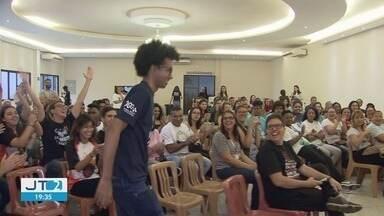 Jovens aproveitam as férias para fazer trabalho voluntário no Monte Serrat - Pelo menos 50 jovens atuam na missão em morro de Santos, SP