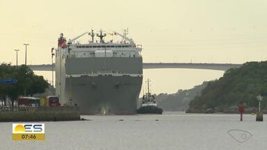 Navio é filmado manobrando na avenida Beira Mar, em Vitória - Baía de Vitória recebe muitos navios.