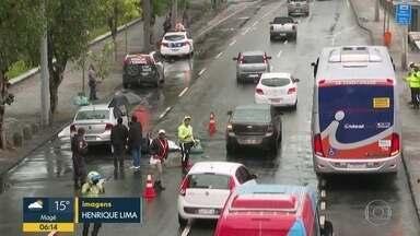 Mulher morre em acidente de moto no Centro - Motociclista de 26 anos foi atingida por um carro na Avenida Francisco Bicalho.