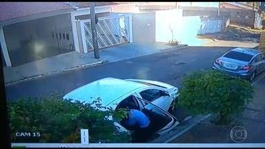 Ladrões assaltam carro e quase levam criança que estava no banco de trás em Bauru, SP - Um foi preso e outro assaltante está sendo procurado. Mãe e filho passam bem.