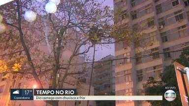 Veja a previsão do tempo para o Rio de Janeiro nesta quinta-feira (18) - Uma massa de ar frio, que está sobre a Região Sudeste, deixa a temperatura mais baixa. Pode ter chuva em algumas regiões. A temperatura mínima prevista para Região Metropolitana é de 13ºC e a máxima, 24ºC.
