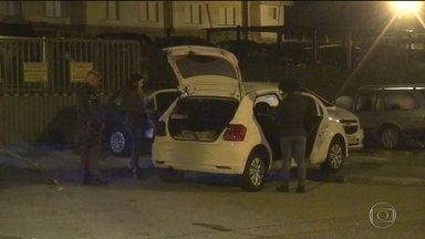Vítima de sequestro relâmpago é jogada de carro em movimento em SP - Bandidos jogaram a vítima do assalto pra fora do carro, quando eram perseguidos. O homem foi levado para o hospital. Um suspeito foi preso e outro foi baleado e morto.