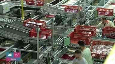 Evolução tecnológica muda as características das profissões - O 'Mais Você' visita fábrica de roupas em Santa Catarina e mostra como os funcionários mudaram de função com a automatização. O acervo da TV Globo também usa o sistema automatizado por robôs