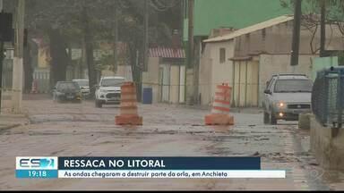 Ressaca do mar provoca estragos em Anchieta, ES - Força da maré estruiu parte do calçadão na orla.
