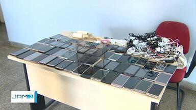 Agentes impedem que celulares sejam lançados para dentro de UPP, em Manaus - Equipamentos seriam jogados com a ajuda de cordas.