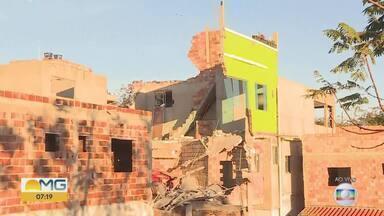 Defesa Civil deve vistoriar casa de três andares que desabou em Ibirité, na Grande BH - Uma mulher morreu no desabamento, na noite desta quinta-feira, e um homem ficou ferido.