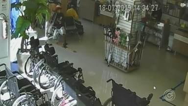 Homem sem uma perna é flagrado furtando muleta em loja de próteses em Sorocaba - Uma câmera de segurança registrou o momento em que um homem sem uma das pernas furta uma muleta dentro de uma loja de próteses, no Centro de Sorocaba (SP).