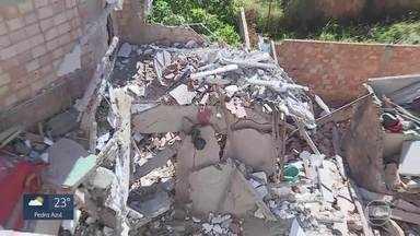 Moradores dizem que já haviam reclamado na Prefeitura de Ibirité sobre casa de desabou - Uma mulher morreu e um homem ficou ferido no desabamento da casa de três andares, na noite desta quinta-feira.