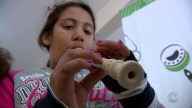 Projeto leva música para crianças da Zona Leste de Porto Alegre - Aula de canto, percussão e instrumentos são ministrada no 'Ouviravida'.