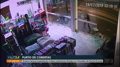 Dupla é presa depois de arrombar vitrine de loja para furtar cobertores em Ponta Grossa - O crime foi em uma loja no calçadão durante a madrugada.