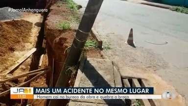 Homem cai no mesmo buraco onde ajudante de pedreiro ficou soterrado até o pescoço - Local não estava com sinalização.