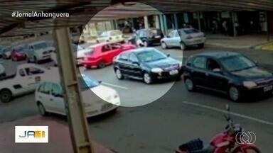 Moto é atingida por carro em Aparecida de Goiânia - Motociclista não se feriu. Secretaria de Trânsito disse que vai colocar placas e lombadas eletrônicas no local.
