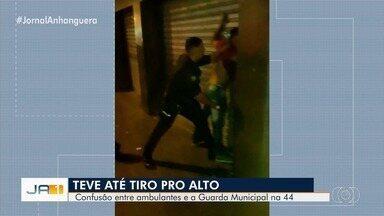 Guarda Civil prende homem suspeito de agredir equipe que abordava ambulante, em Goiânia - Segundo a GCM, cerca de 10 pessoas que carregam mercadorias na Rua 44 começaram a agredir os guardas.