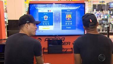 Tito x Bruninho: quem será que levou a melhor no FIFA? - Atacantes do Confiança participam de desafio no futebol virtual do Arena Gamer 2019.