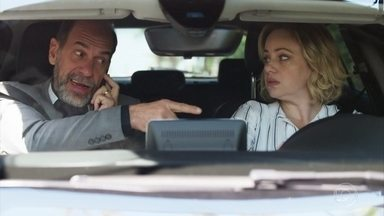 Max humilha Regina - Regina tem dificuldade para dirigir e Max perde a paciência. Chateada, Regina vai embora e deixa o marido sozinho
