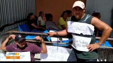 Acorrentados : mãe faz procedimento e irmãos suspendem protesto na Paraíba - Dois filhos estavam acorrentados em frente ao Hospital São Vicente de Paula.