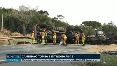 Caminhão tomba na PR-151 e pista fica interditada por duas horas, em Ponta Grossa - Motorista teve ferimentos leves.