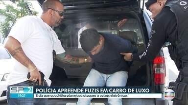 Polícia apreende fuzis dentro de carro de luxo em São Bernardo do Campo, SP - Agentes também encontraram explosivos e munições no porta-malas. Um homem foi preso suspeito de integrar uma quadrilha de roubos a caixas eletrônicos.