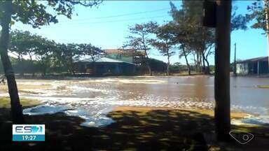 Mar fica revolto e água chega perto das casas, em Povoação, Linhares - Moradores ficaram impressionados com a situação.