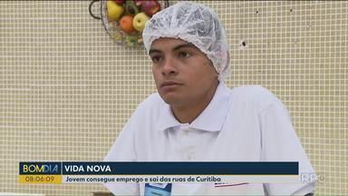 Jovem consegue emprego e sai das ruas de Curitiba - O Fernando veio do outro lado do Brasil e depois de passar por muitas dificuldades, conseguiu dar a volta por cima.