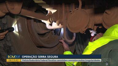 Polícia Rodoviária Federal faz operação para fiscalizar caminhões na BR-277 - A fiscalização foi feita no trecho de serra da rodovia.