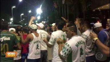 Palmeiras enfrenta o Ceará hoje à noite, mas ontem enfrentou a ira de alguns torcedores - Palmeiras enfrenta o Ceará hoje à noite, mas ontem enfrentou a ira de alguns torcedores