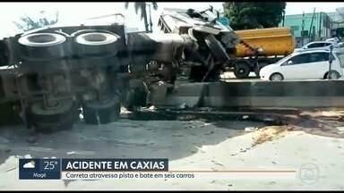 Carreta atravessa pista da rodovia Washington Luís e bate em seis carros - O acidente foi na altura do Jardim Primavera, em Duque de Caxias. Os bombeiros foram chamados para atender as vítimas.