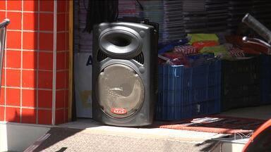 Poluição sonora incomoda moradores da região central de Codó - Os carros com propagandas não respeitam o volume do som, até mesmo onde são proibidos.