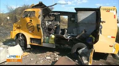 Ladrões explodem veículo e fogem com dinheiro, no Sertão da Paraíba - Criminosos usaram 5 veículos na ação. Eles sequestraram o motorista e usaram o veículo para bloquear a rodovia.