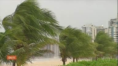 Rajadas de vento de quase 40 km assustam moradores do Recife e Jaboatão dos Guararapes - De acordo com a Agência Pernambucana de Águas e Clima, a velocidade dos ventos foi cinco vezes maior do que a média da região.