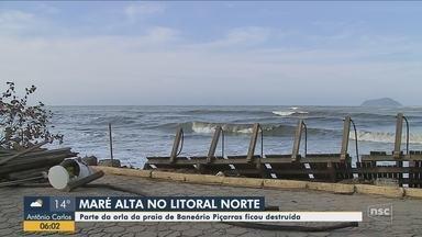 Maré alta destrói parte da orla da praia de Balneário Piçarras - Maré alta destrói parte da orla da praia de Balneário Piçarras