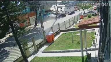 No Rio, sequestro-relâmpago acaba em perseguição policial e troca de tiros - No tiroteio, um dos bandidos morreu e outro foi preso. Um terceiro fugiu levando a vítima, mas ele perdeu o controle do carro e bateu de frente com outro veículo. O criminoso foi preso. A vítima do sequestro-relâmpago foi medicada e liberada.