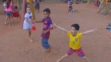 Crianças aproveitam as férias para visitar parques em Araçatuba - Em Araçatuba (SP), a as crianças estão aproveitando as férias escolares nos parques da cidade. Eles se divertem, fazem novas amizades e ainda entram em contato com a natureza.