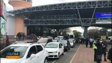 Manifestação de taxistas paraguaios deixa o trânsito complicado na Ponte da Amizade - O protesto é contra motoristas de aplicativos que trabalham sem regulamentação na cidade.