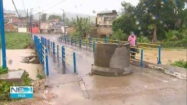 Defesa Civil afirma que maioria das famílias de Barreiros voltou para casa após inundação - Apac disse que barragem em Vicência corre o risco de sangrar