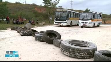 Pais protestam por falta de transporte escolar para filhos em Cachoeiro, ES - Secretaria de Educação nega que deixou de atender os alunos.