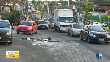 Saiba como está o trânsito em diversos pontos da capital baiana nesta quarta-feira - Um buraco causa engarrafamento na Avenida Suburbana.
