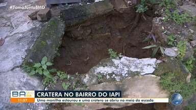 Moradores do IAPI reclamam de cratera aberta após manilha estourar - Problema atinge uma escadaria na Vila Aires há duas semanas.