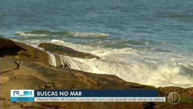 Bombeiros seguem na busca por menino desaparecido no mar de Saquarema - Pietro, de 5 anos, caiu no mar com o pai quando onda atingiu as pedras no domingo (21).