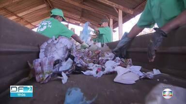 SLU vai contratar empresas para ampliar coleta seletiva - Hoje, apenas metade da população do DF tem o serviço. Condomínios do Jardim Botânico tomaram as próprias medidas para contribuir com a reciclagem.