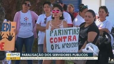 Em Parintins, servidores protestam contra projeto de lei que suspende reajuste salarial - Manifestação ocorreu na Praça da Liberdade.