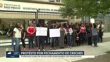 Professores e pais de alunos protestam contra fechamento de creches em SP - Professores e pais de alunos de cinco creches da Capital fazem um protesto na frente da Secretaria Municipal de Educação.