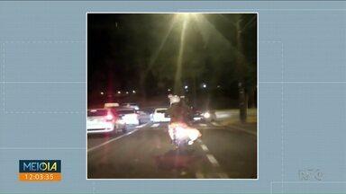 Homem é flagrado transportando cachorro em moto - O flagrante foi feito em um bairro de Maringá.